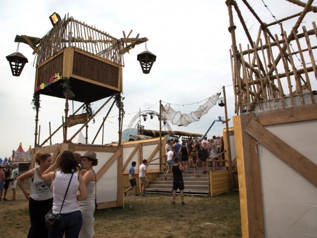 outriggers decor festival