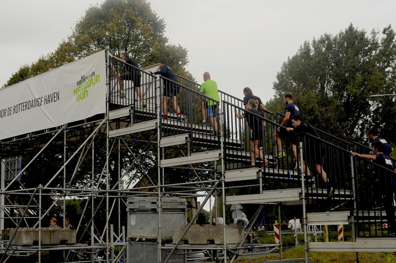 tijdelijke trapconstructie voor voetgangersbrug